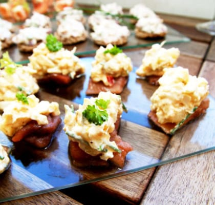 Snittar med matjessill, ägg och potatis
