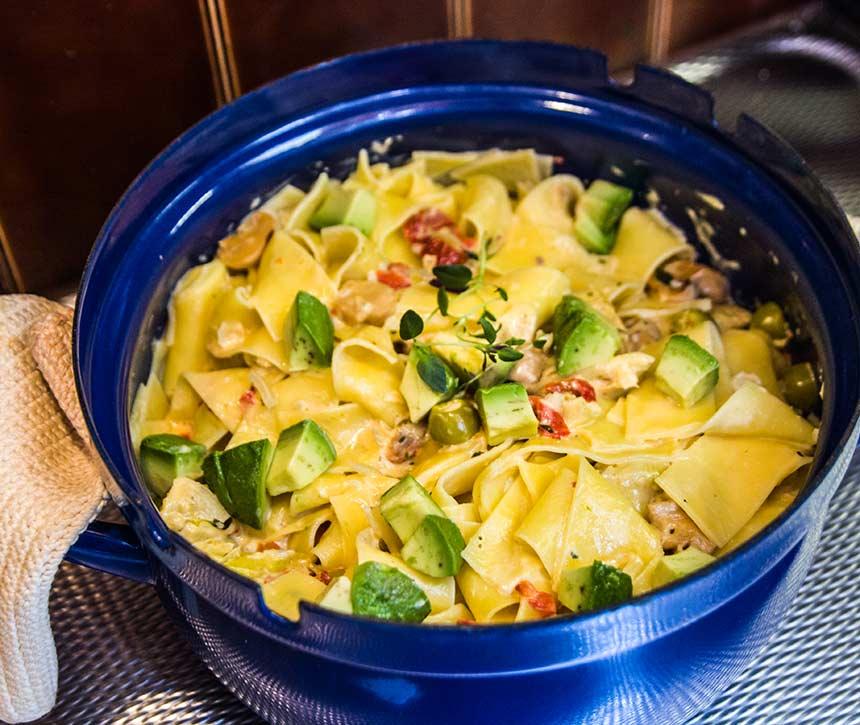 Krämig pasta med vitlök, avokado och kronärtskocka