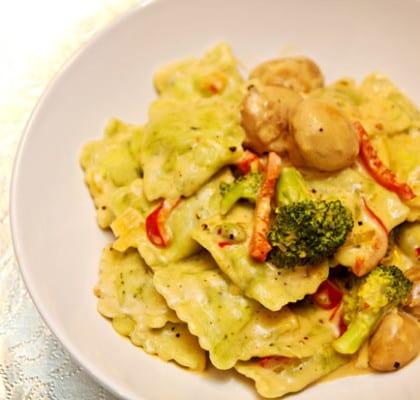 Krämig vegetarisk pasta med broccoli, paprika och champinjoner