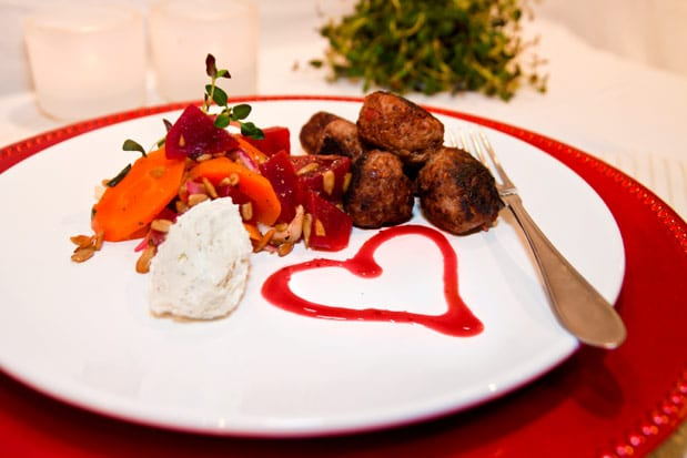 Hallonköttbullar med timjan, grönsaker och örtcreme
