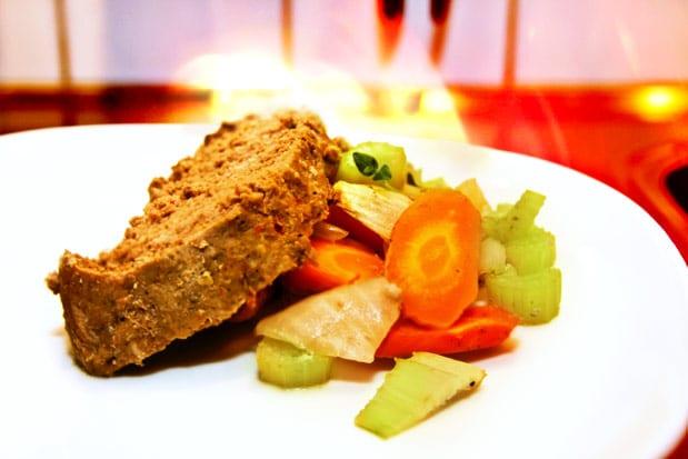Köttfärslimpa i lergryta med brunsås och lingon