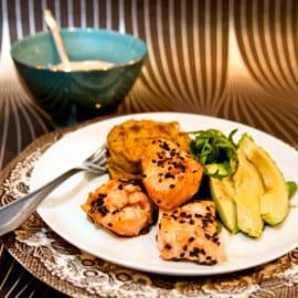 Lime- och ingefärsmarinerade laxkuber med rotselleriterrin och pepparrotscreme