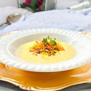 Soppa med jordärtskocka, gulbeta, rökt lax och purjolök