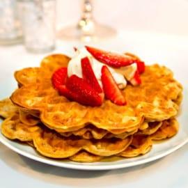 Lakritsvåfflor med färska jordgubbar och limegrädde
