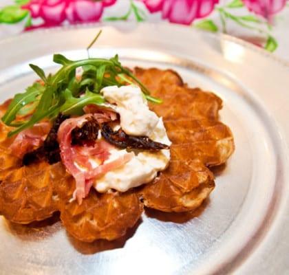 Matiga våfflor med lufttorkad skinka, fetaostcreme och soltorkade tomater