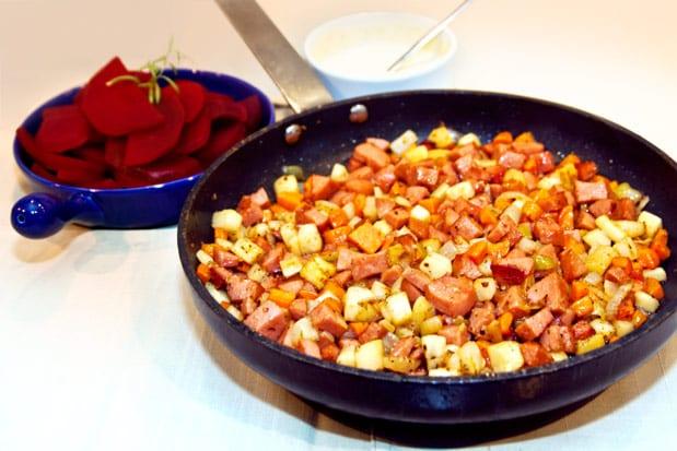 Rotsakspytt med falukorv, rödbetor och senapscreme