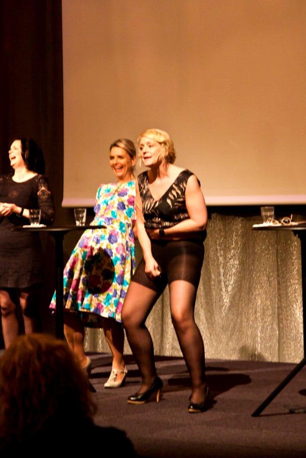 Bloggforum - Karin Adelsköld visar sina push up-strumpbyxor