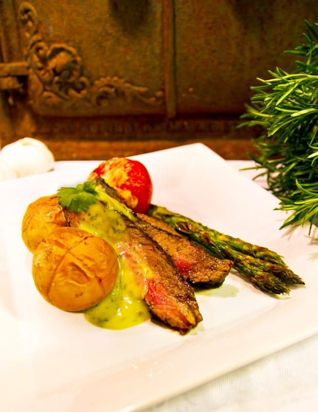 Rabarberglazad flankstekmed ugnsbakta parmesantomater, tryffelbearnaise, grön sparris och krysspotatisar