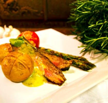 Flankstekmed ugnsbakta parmesantomater och krysspotatis