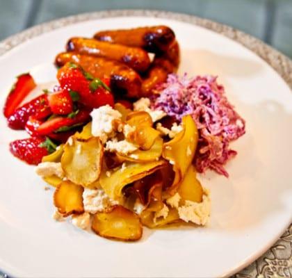 Kryddiga korvar med rödcoleslaw, basilikamarinerade jordgubbar och fetatoppade palsternackschips
