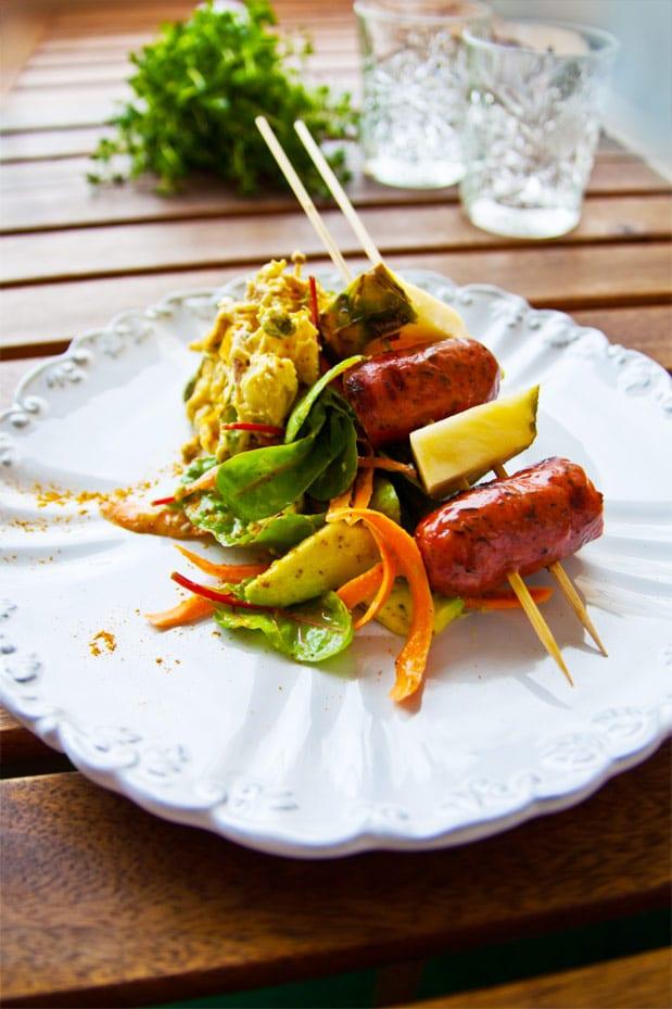 Kryddiga korvspett med ananas och rustik potatissallad