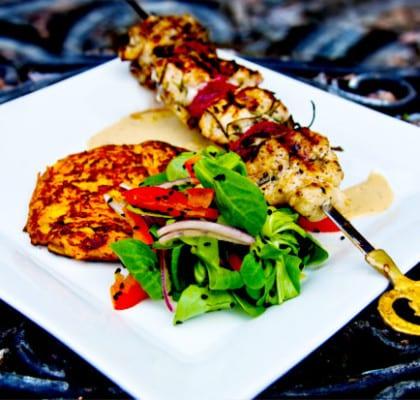 Rosmarindoftande kycklingspett med sardellmajonäs,krispig vårsallad ochmorotsplättar med getost