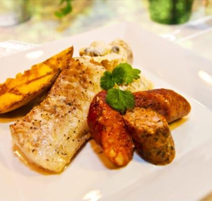 Flädermarinerad torskrygg med kryddiga korvar, grillad mango och potatissallad med kronärtskocka