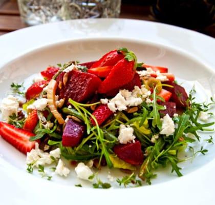 Vårsallad med jordgubbar, rödbetor och fetaost