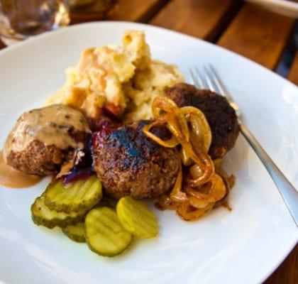 Hemlagade köttbullar med potatismos, gräddsås och stekt lök