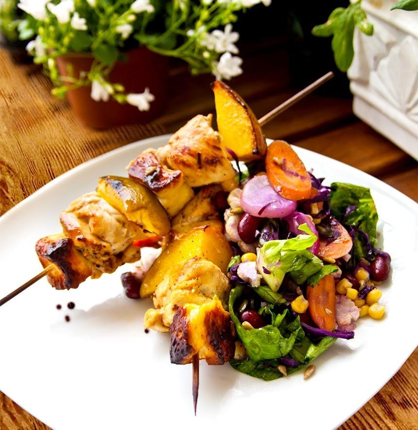 Kycklingspett med mango och halloumi samt stekt sallad