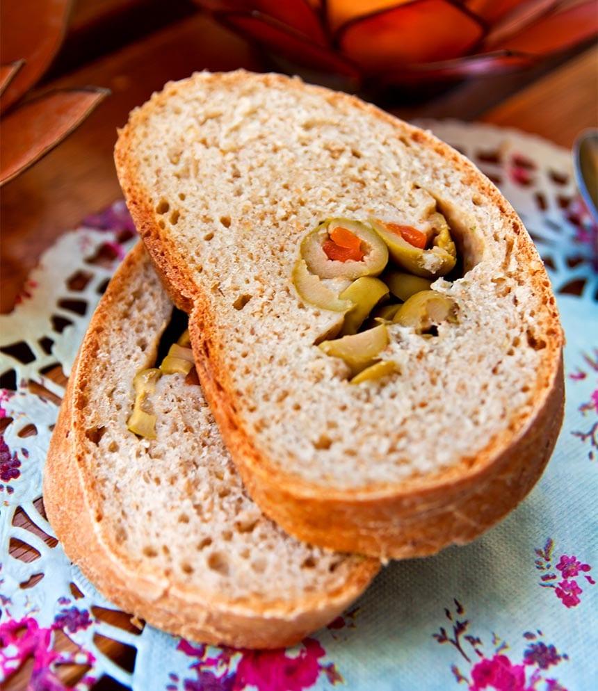 Surdegslimpa med oliver