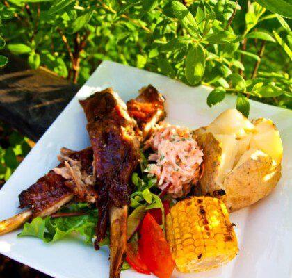 Ölkokta ribs med bakad potatis, majskolv och svartvinbärsdoftande morotsslaw