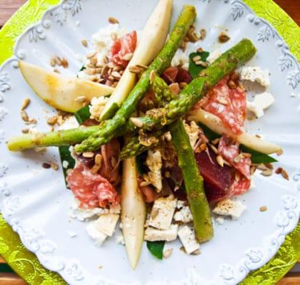 Sommartallrik med citrussparris, lufttorkad skinka, rökt fetaost och blomkrasse