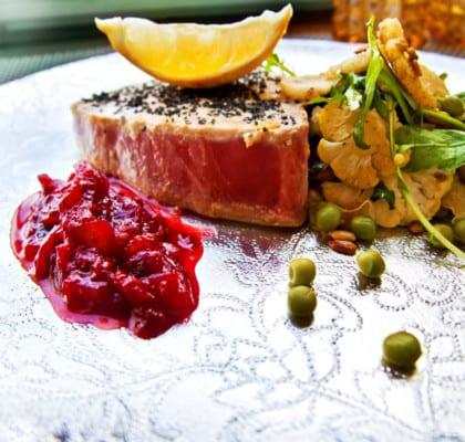 Tonfisk och stekt blomkålssallad med röd chili- och hallonchutney