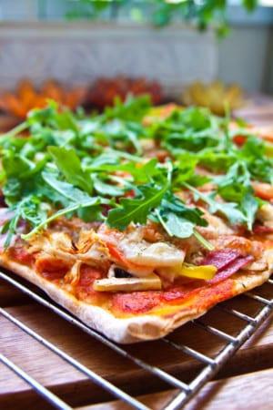 Mustig vetesurdegspizza med kyckling och salami