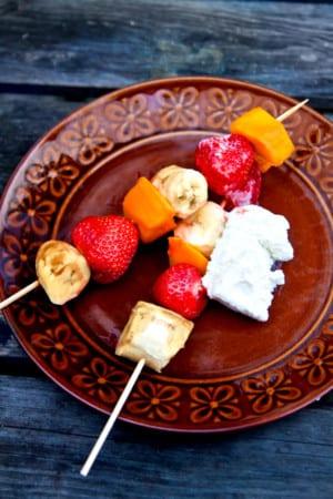 Grillade fruktspett med glass