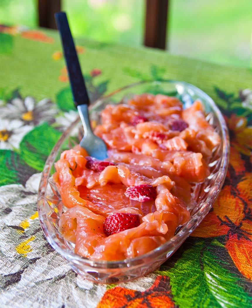 Rimmad lax med chili, jordgubbar och honung