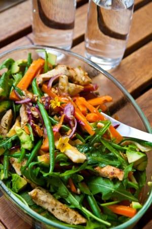 Fruktig kycklingsallad med morötter, grilloumi och solrosfrön