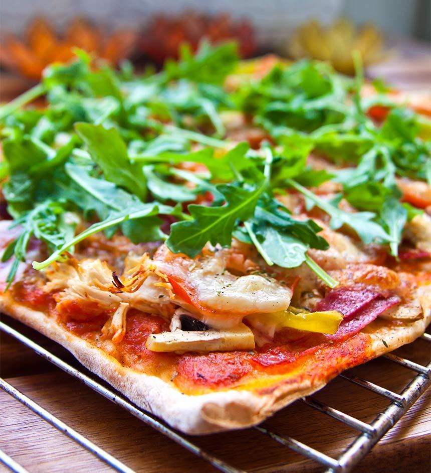 Surdegspizza med kyckling och salami
