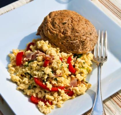 Örtig äggröra med skinka, vårlök och paprika