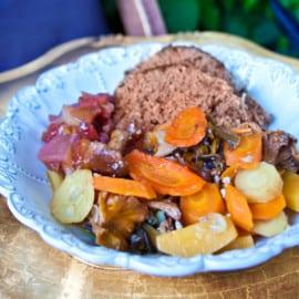 Köttfärslimpa med skogssvamp och portvinsfrukt