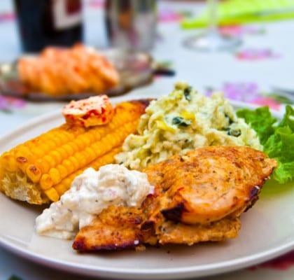 Grillad kycklinglåda med palsternacksstomp, äppeldoftande vitlökscreme och majskanoter med chilismör