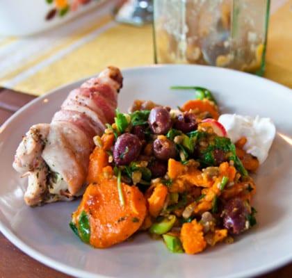Nektarin- och fetafyllda kycklingrullar med päronchutney och ljummen sötpotatissallad