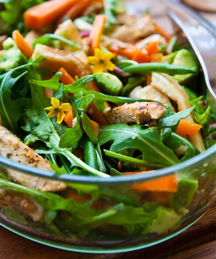Kycklingsallad med bönor, halloumi och solrosfrön
