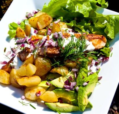 Lax med stekt potatis och avocado