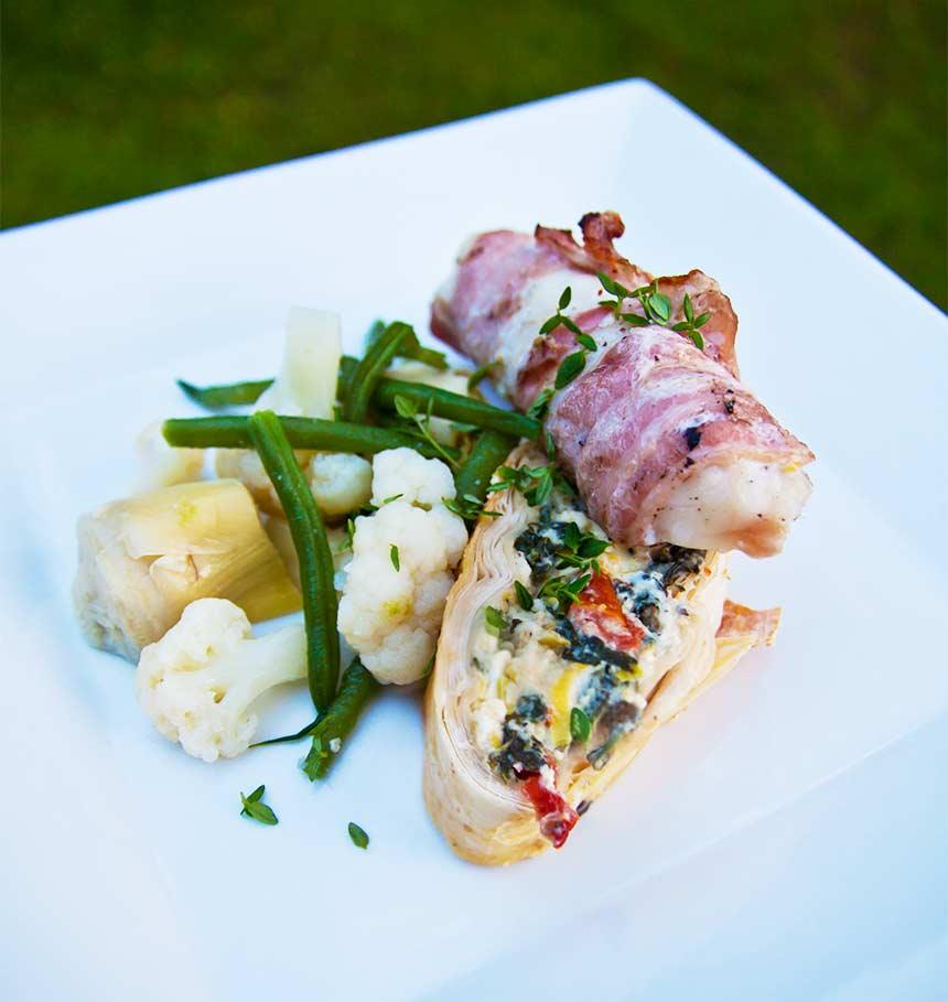 Baconlindad torskrygg och filodegsrulle med spenat och feta