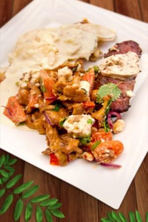 Svartvinbärsmarinerad ryggbiff med potatisgratäng, kantarellsallad och bea
