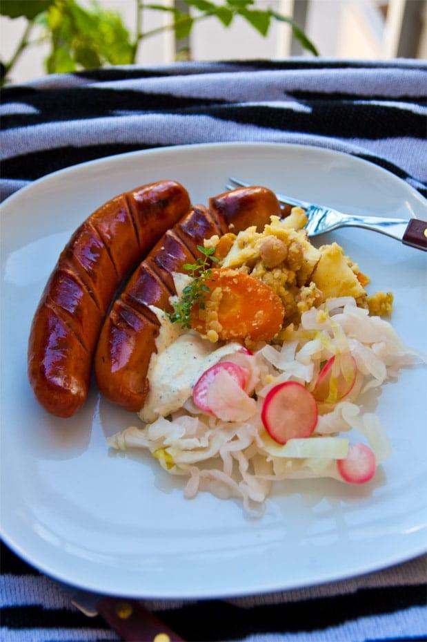 Kryddiga korvar med linssallad, senapscreme och surkål på skandinaviskt vis