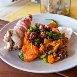 Fylld kyckling med nektarin, fetaost och sötpotatissallad