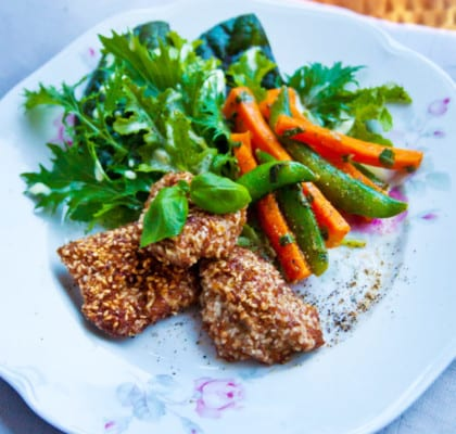 Chicken nuggets med basilikaprimörer och sallad i fläderbearnaise