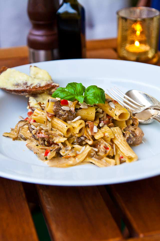 Krämig pasta med fläskfilé, svamp och soltorkade tomater