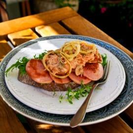 Falukorvssmörgås med krämig kålsallad