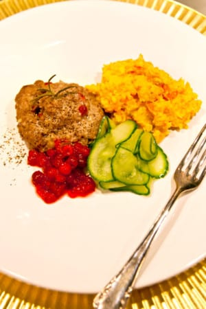 Lingonfyllda köttfärssnurror med rotstomp och picklad gurka