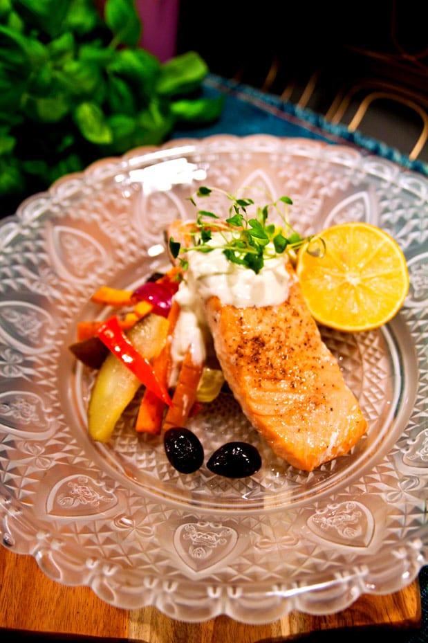 Laxfiléer med rostade rotsaker och honungslen pepparrotscreme