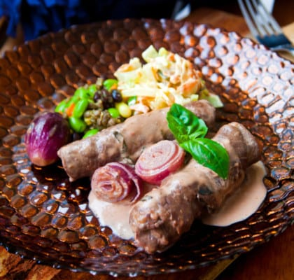 Fyllda, körsbärsgräddiga rullader med saltgurkecoleslaw och bönsallad