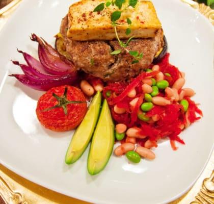 Saftiga hamburgare med aubergine, chilihalloumi och bönsallad