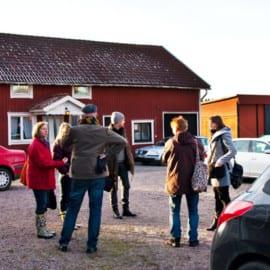 Samling på gårdsplanen - Svista gård