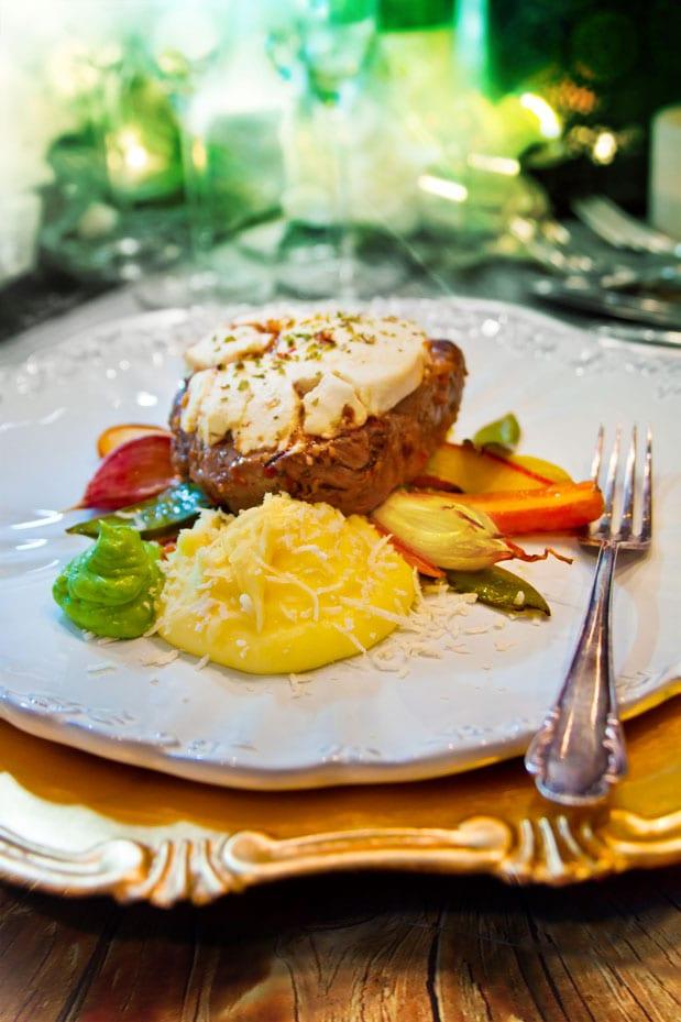 Getostgratinerad rostas med mandelpotatispuré, ugnsrostade grönsaker och rucolacréme