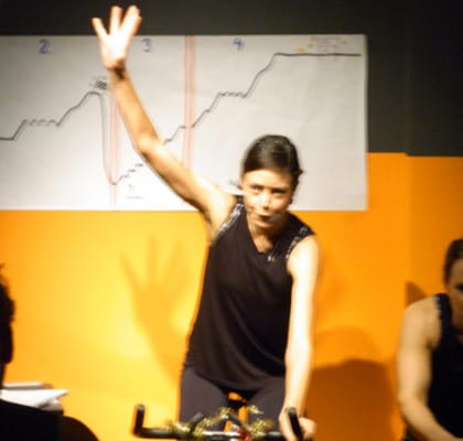 Alexia instruerar i spinning