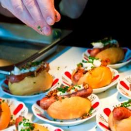 Vitlök- och timjanstekt lammkorv med tryffelmajjo och rostad lök med bacon